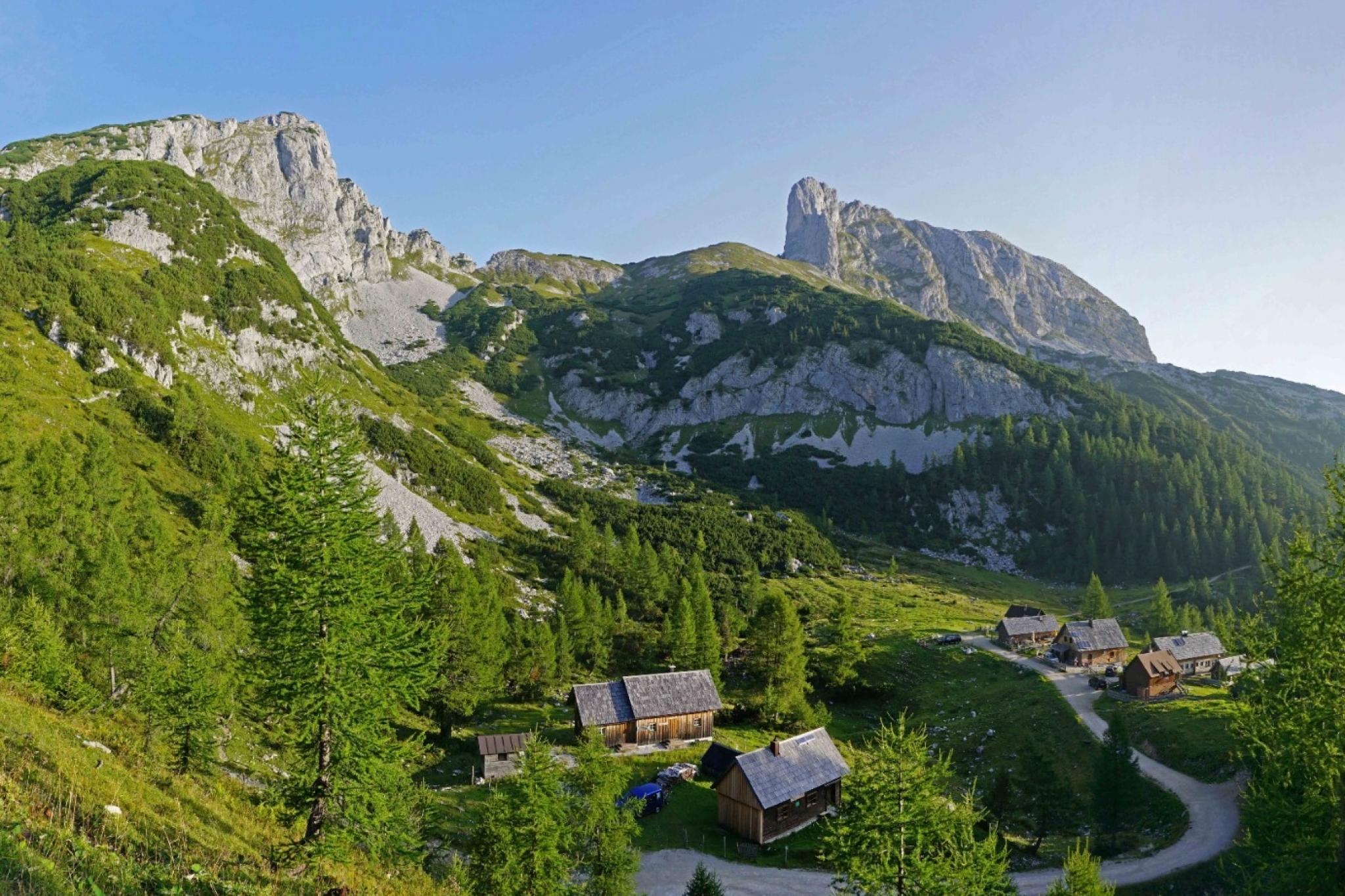 Auf den Almen und Bergen rund um die Tauplitz, wissen unsere Hüttenwirte was Berghelden & Naturliebhabern schmeckt. Einfach herzhaft essen & gesellig feiern!
